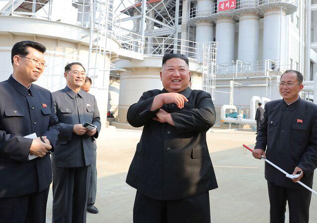 Kim Jong-un visitant une usine