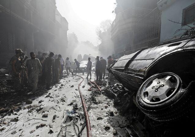 Sur les lieux du crash de l'Airbus A320 à Karachi