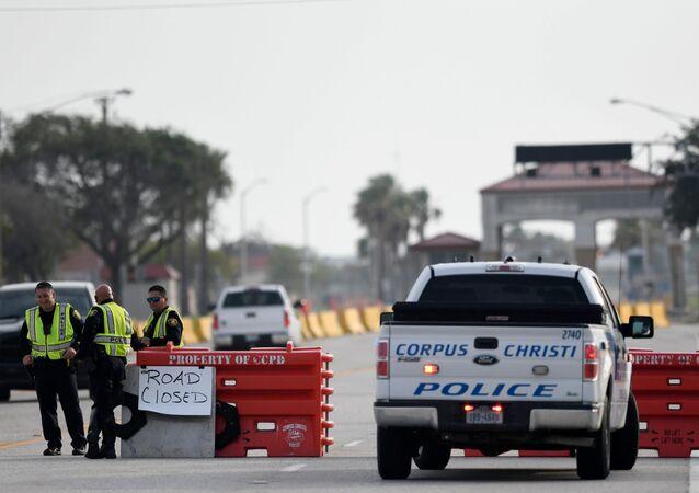 Un poste de contrôle policier après la fusillade à la base aéronavale Corpus Christi, au Texas