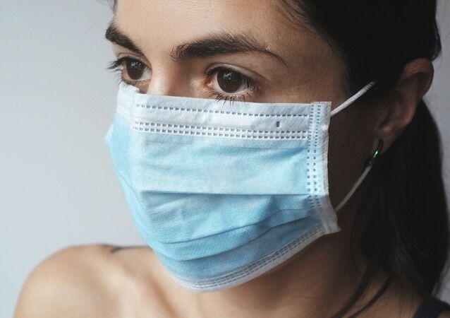 Une femme au masque