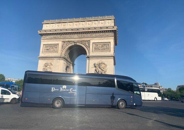 Les compagnies d'autocars franciliens ont organisé une action symbolique sur la place de l'Étoile le 25 mai