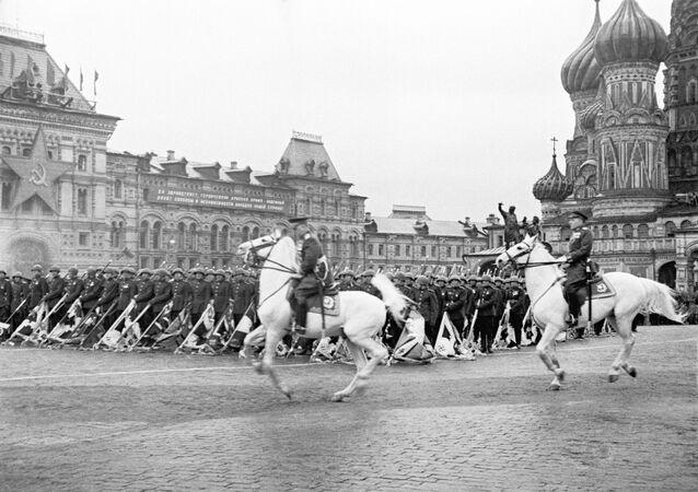 Les maréchaux Joukov et Rokossovski lors du défilé du 24 juin 1945 sur la plage Rouge à Moscou