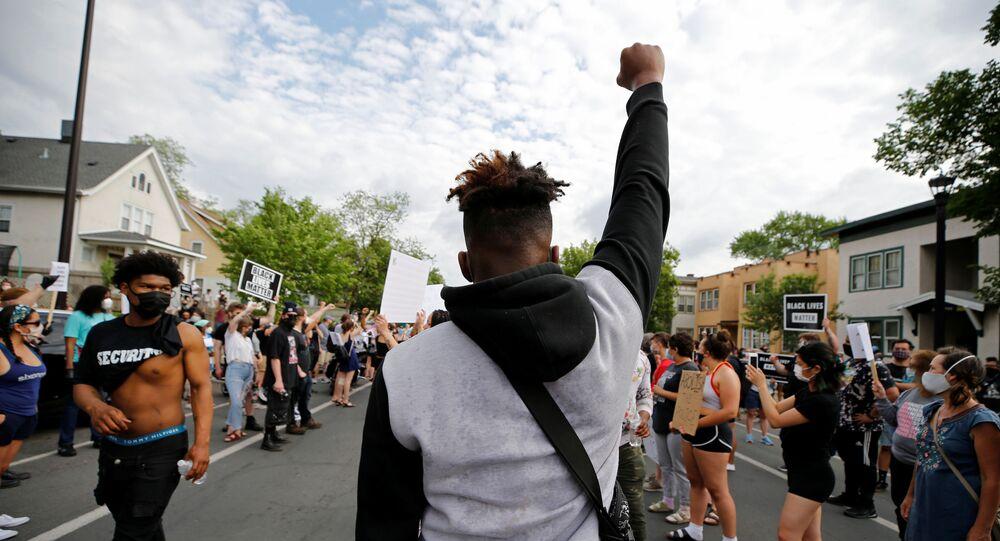 Des manifestants à Minneapolis après la mort d'un homme noir étouffé par la police (26 mai 2020)