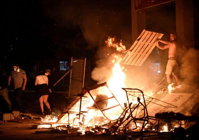 Des barricades en feu à Minneapolis le 27 mai 2020