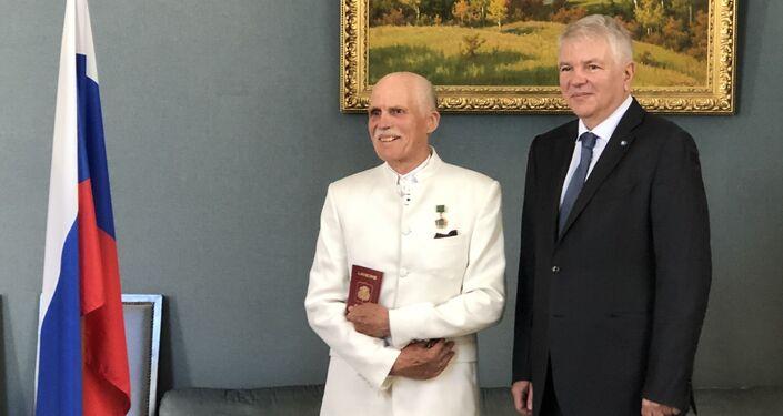 Jean Tcheriatchoukine a reçu le passeport russe des mains d'Alexeï Mechkov, l'Ambassadeur de la Russie