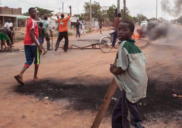 Des jeunes désoeuvrés dans les rues de Ouagadougou (Burkina Faso).