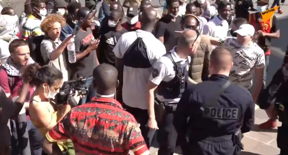 Des manifestants proréfugiés organisent une marche non autorisée à Paris