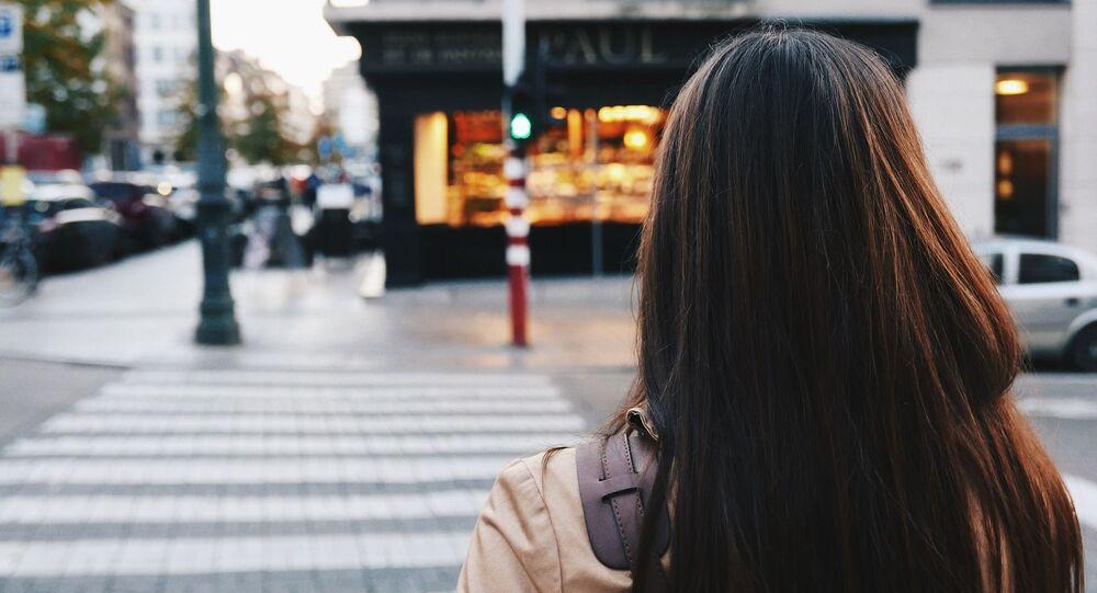 Une femme dans la rue (image d'illustration)