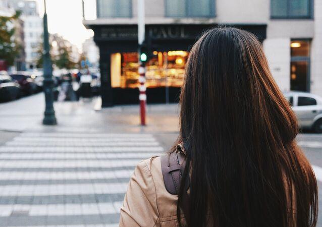 Une femme dans la rue