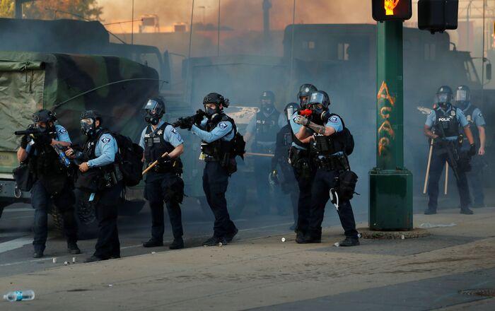 Des policiers lors des manifestations à Minneapolis