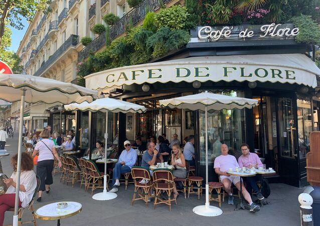 Les terrasses des cafés rouvrent à Paris, la ville entre dans la deuxième phase du déconfinement, 2 juin 2020