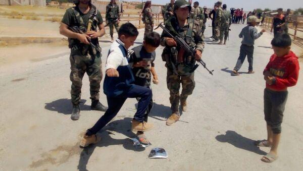 Des enfants syriens jettent des pierres sur les forces américaines, gouvernorat d'Hassaké, 2 juin 2020 - Sputnik France