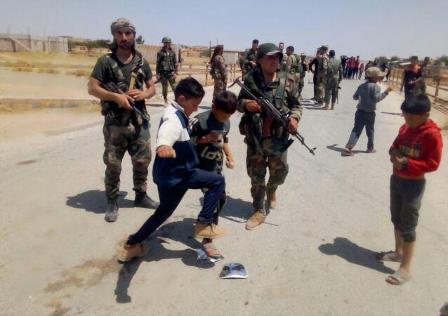 Des enfants syriens jettent des pierres sur les forces américaines, gouvernorat d'Hassaké, 2 juin 2020