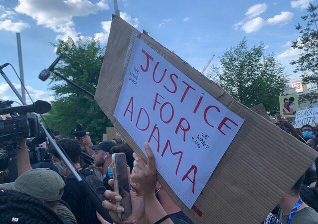 Un rassemblement devant le tribunal de Paris à l'appel du collectif de soutien à la famille d'Adama Traoré, 2 juin 2020