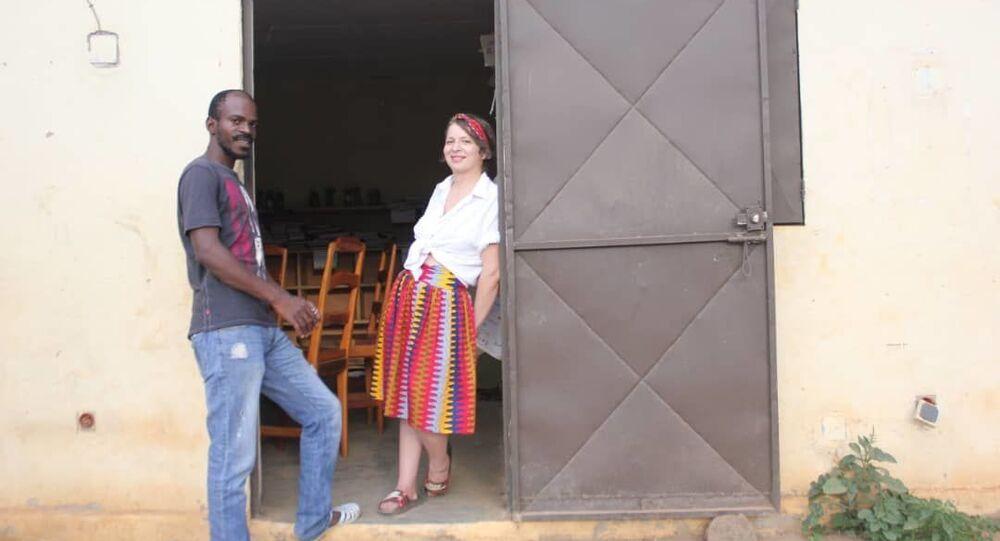 Imene et Kader devant le local de l'association Life on Land à Koonan