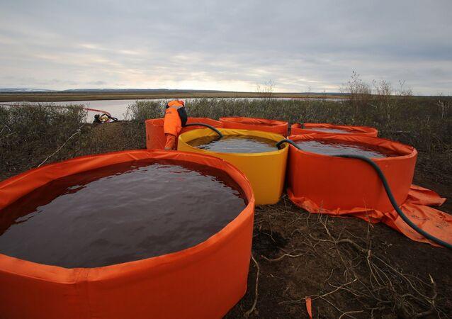 Récupération de combustible déversé à une centrale thermique de Norilsk