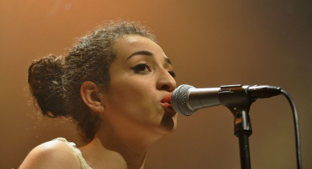 Camélia Jordana au cours de son concert à la Maison Daniel-Féry de Nanterre le 6 mai 2011.