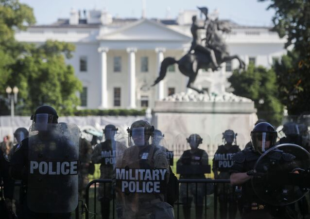 Des officiers de la Garde nationales devant la Maison Blanche à Washington le 1er juin 2020