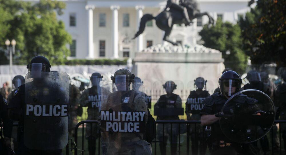 Des forces de l'ordre près de la Maison-Blanche le 1 juin 2020
