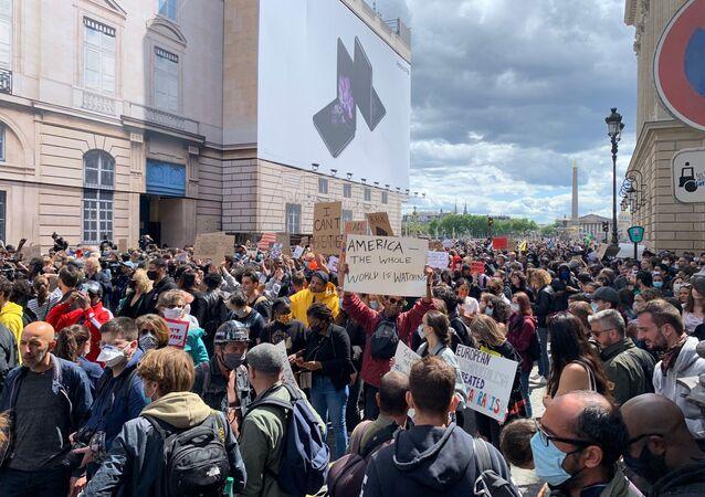 Mobilisation contre les violences policières devant l'ambassade US à Paris, 6 juin 2020