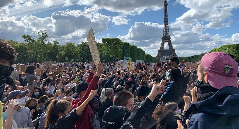 Rassemblement contre les violences policières sur l'esplanade du Champ-de-Mars