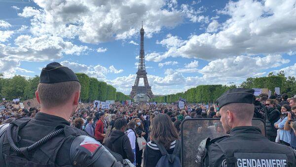 Rassemblement contre les violences policières sur l'esplanade du Champ-de-Mars  - Sputnik France