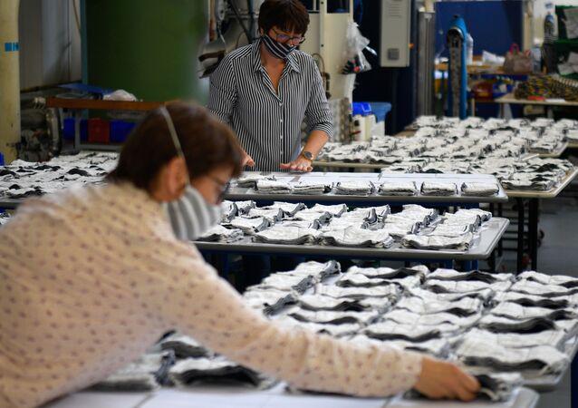 Une usine de masques en tissu réutilisables, image d'illustration