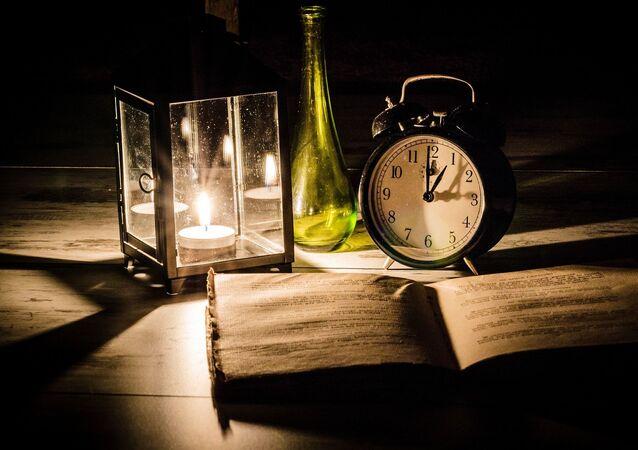 Une table avec un livre et une bougie (image d'illustration)
