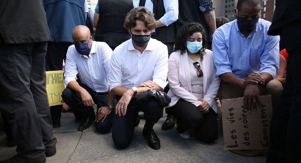 Justin Trudeau pose un genou à terre en hommage à George Floyd, 5 juin 2020 à Ottawa (Canada)
