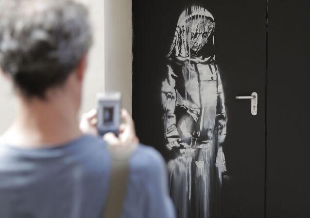 Une œuvre de Banksy sur une porte de secours de la salle du Bataclan à Paris