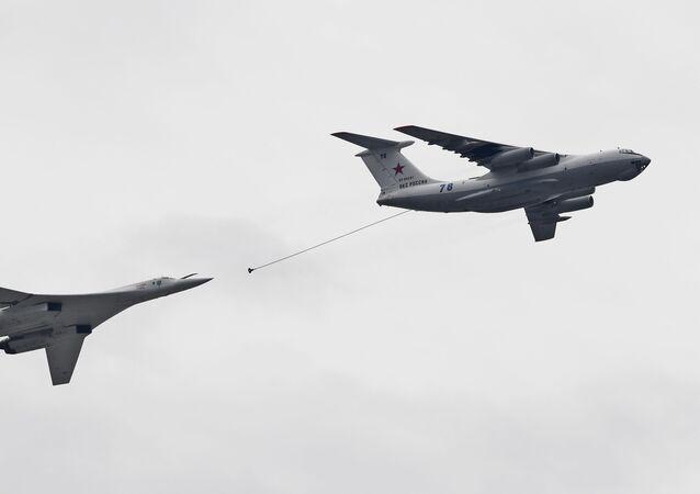 Un avion-ravitailleur Il-67 (à droite) et un bombardier stratégique Tu-160