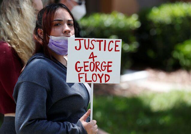 Une protestataire devant la maison de Derek Chauvin