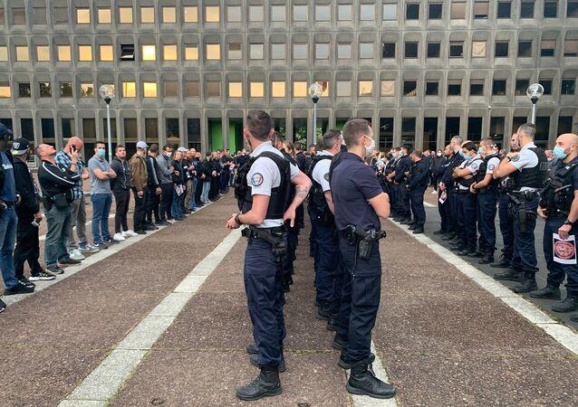 Action des policiers devant les commissariats, le 11 juin