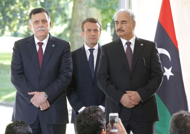 Le premier ministre libyen Fayez Al-Sarraj du gouvernement soutenu par l'ONU, à gauche, le président français Emmanuel Macron, au centre, et le général Khalifa Haftar, commandant de l'Armée nationale libyenne autoproclamée soutenu par L'Egypte à droite, Paris, France, mardi 25 juillet 2017.