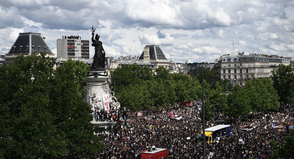 Une manifestation non autorisée à Paris contre le racisme et les violences policières, le 13 juin