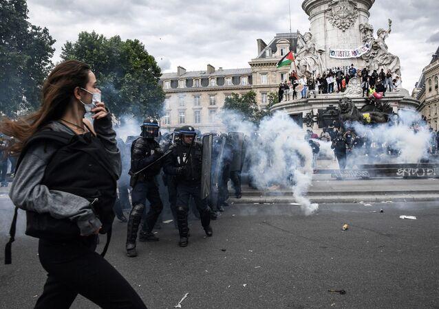 Des affrontements entre les manifestants et des forces de l'ordre place de la République le 13 juin