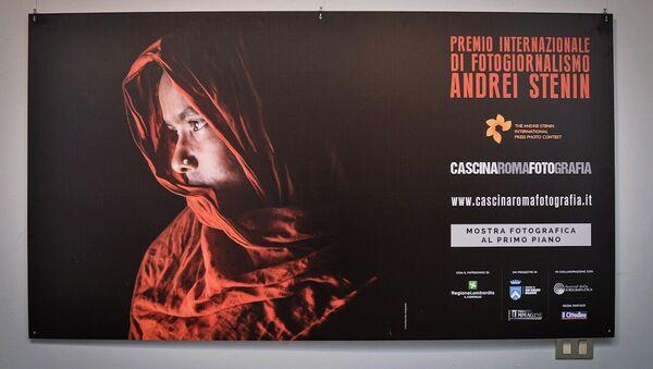 Une affiche de l'exposition des travaux des lauréats du Concours international de photojournalisme Andreï Stenine à la Cascina Roma Art Gallery à San Donato Milanese - Sputnik France