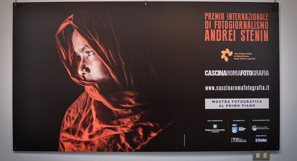 Une affiche de l'exposition des travaux des lauréats du Concours international de photojournalisme Andreï Stenine à la Cascina Roma Art Gallery à San Donato Milanese