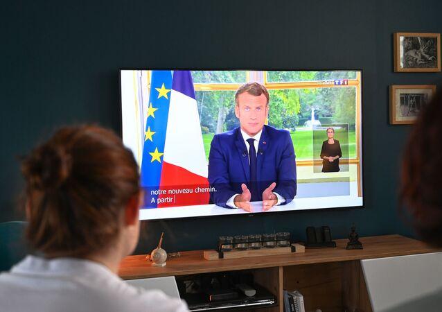 Une famille française regarde l'allocution d'Emmanuel Macron