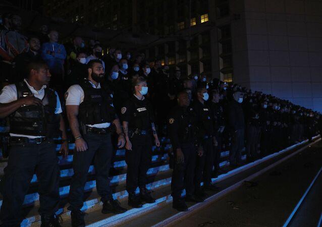 Des policiers manifestent devant La Défense à Paris le 15 juin en réaction aux annonces du ministre de l'Intérieur.  (GEOFFROY VAN DER HASSELT / AFP)