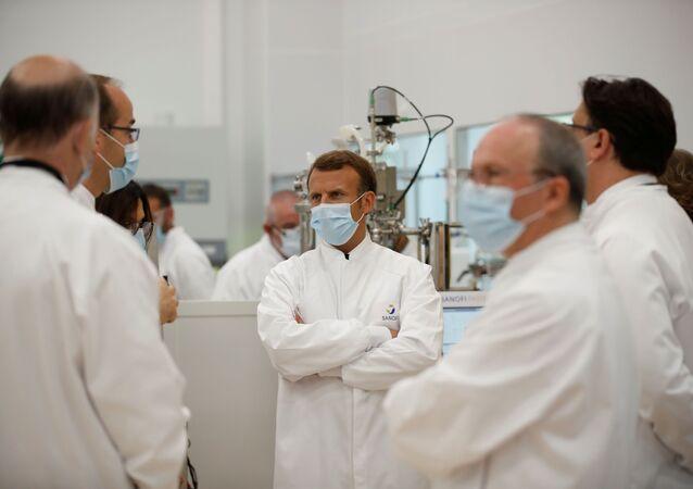 Emmanuel Macron sur le site de Sanofi Pasteur de Marcy-l'Etoile, près de Lyon, le 16 juin