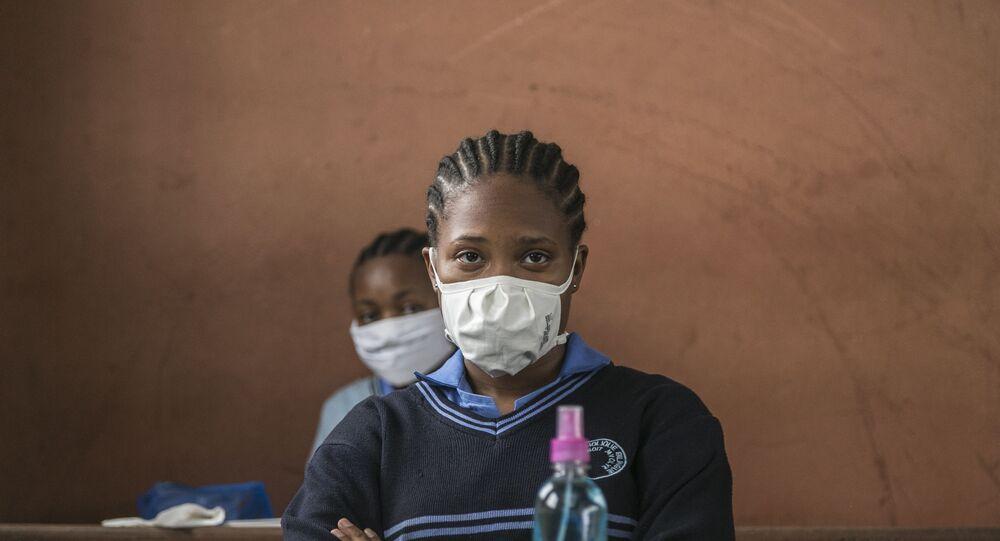 Une étudiante portant un masque de protection contre le COVID-19, Yaoundé, Cameroun