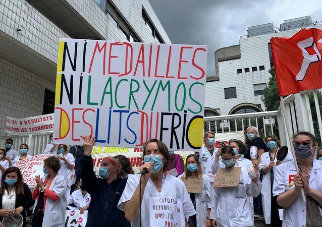 Le personnel soignant manifeste à l'hôpital Robert-Debré à Paris, 18 mai 2020