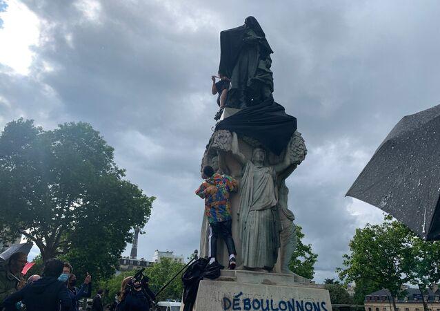 Les militants recouvrent la statue du maréchal Gallieni avec un drap noir, 18 juin 2020