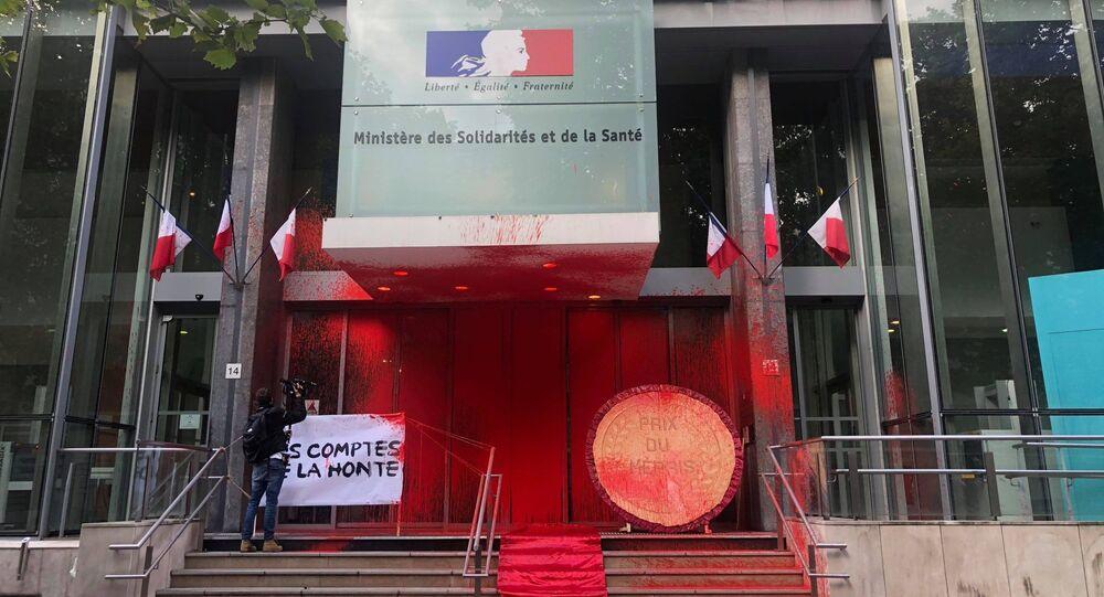 L'action de l'Attac devant le ministère de la Santé à Paris