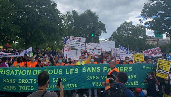 Rassemblement à Paris en faveur de la régularisation des sans-papiers, le 20 juin - Sputnik France
