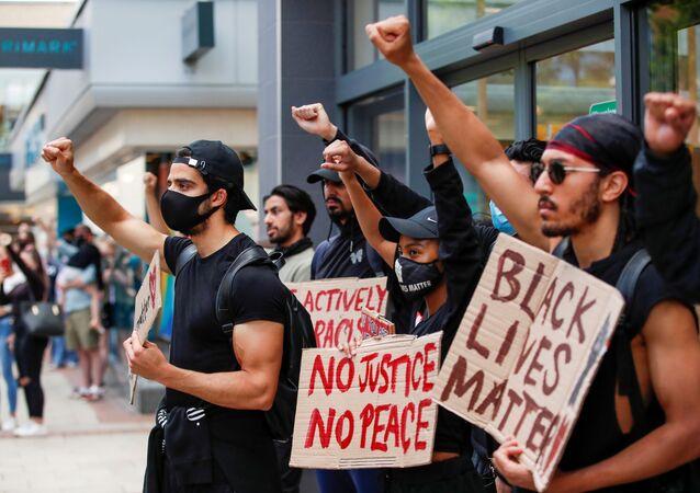 Manifestation du mouvement Black Lives Matter suite à la mort de George Floyd. Hemel Hempstead, Grande-Bretagne, le 13 juin 2020.