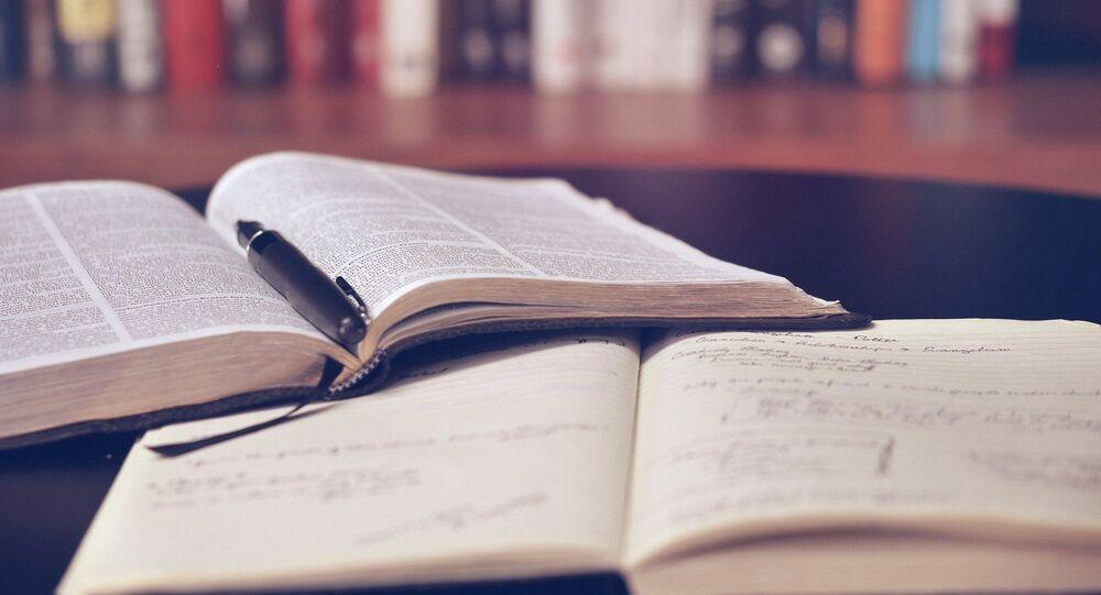 Un cahier et un livre (image d'illustration)