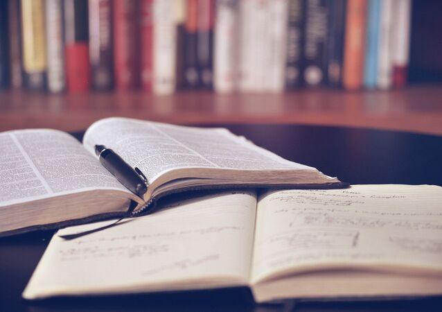 Un cahier et un livre