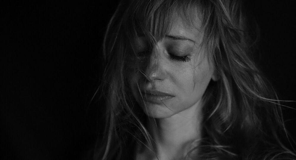 Une femme qui pleure, image d'illustration